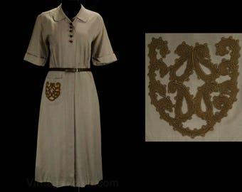 Size 8 1940s Dress - Khaki Tan Gabardine Dress - WWII 30s 40s Work Wear with Cord Pockets & Wood Buttons - George Hess - Bust 38.5 - 49531