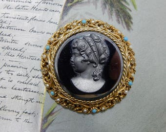 ART Signed Black Glass Cameo Brooch in Gold Filigree Frame    ODE8
