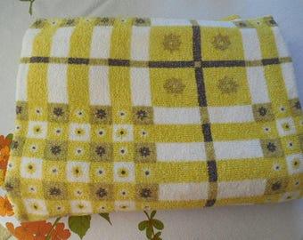 "Yellow & White Terry Tablecloth, Rectangular Tablecloth 70"" x 50"", Retro Terry Cloth Table Linen, Beach Blanket, Picnic Blanket, VTG Fabric"