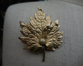 Vintage 1960s Gold Tone Textured Maple Leaf with Pearl Retro Signed Napier Pin/Brooch