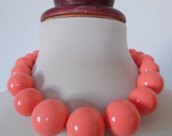 PEACH ICE-CREAM . Huge Chunky Rockabilly Mod Round Ball Bubble Bobble Beads Vintage Necklace Pinup Peach Apricot Coral Color Graduated 60s