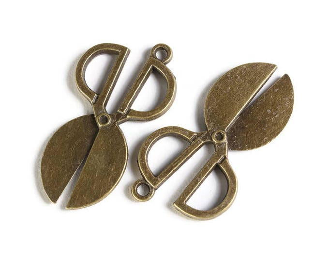 Antique brass Scissors charm - Scissors pendant - Sew charm - Hairdresser charm - Seamstress Charms - 36mm x 20mm (1892) -Flat rate shipping