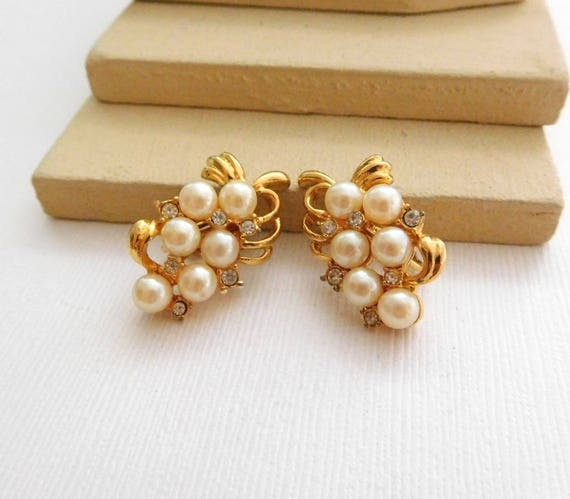 White White Faux Pearl Rhinestone Gold Tone Grape Bunch Clip On Earrings B48