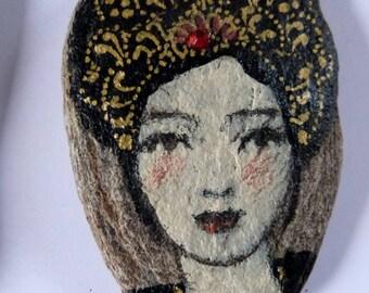 Statuette talisman galet lisse gris peint et vernis esprit poetique portrait de femme