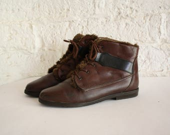 Vintage Brown Leather Ankle Boots / 1980s Flat Faux Fur Lined Booties / 80s Leather Ankle Boots / Pointy Toe Lace Up Boots 7.5/8