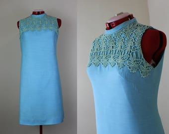 Darling 1960s Aqua Shift Dress ||| Crochet Lace Neckline ||| 1960s ||| Large ||| Size 14 ||| Metal Zipper || Retro