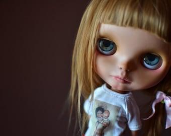 <a href='https://www.dollycustom.com/dolls/piu-ooak-blythe-custom-doll-by-ophelia-queen/' title='Più &#8211; OOAK Blythe Custom Doll &#8211; By Ophelia Queen-'>Più &#8211; OOAK Blythe Custom Doll &#8211; By Ophelia Queen-</a>