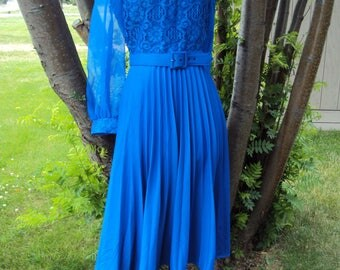 1970s-80s Womens Sapphire Blue Polyester Knit/Chiffon/Lace Special Occasion/ Mother Of Bride Dress/Cobalt Blue Accordion Pleat Dress Size M