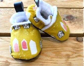 Chaussons bébé jaune , coton doublé polaire, simili cuir noir pour la semelle de la naissance au 34