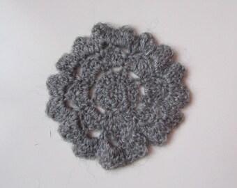 Fleur grise en pure laine crochetée mains, point ajouré, forme ronde, diamètre 13cm