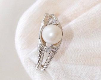 Exquisite 18 Carat White Gold Diamond Cultured Pearl Ring 5.25 Grams.