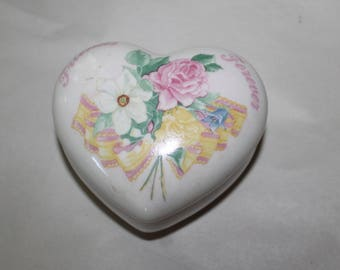 Vintage Music Box, Shaped as a Heart, Great Valentine's Day Gift, Trinket Holder, Jewelry, Rings Container, China, Made in Taiwan, Very Nice