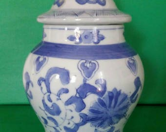 Vintage Blue and White Chinese Porcelain Ginger Jar Vase with Lid Chinoiserie Asian Hollywood Regency