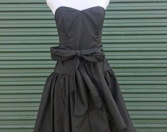 90s Black Fit and Flare LBD with Accent Bow Waist and Sweetheart Neckline - Sweet Black Short Retro 1990s Formal Sleeveless Dress