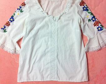 Vintage Embroidered White Bohemian Blouse / Vintage Colorful Embroidered White Top