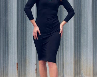 Asymmetric black bodycon jersey on the knee with sleeves and gathered on the side