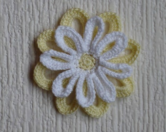 pale yellow and white Daisy crochet diameter 6.5 cm