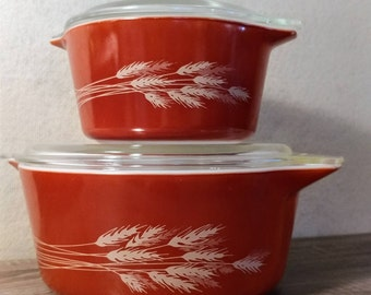 Set of vintage Pyrex casserole dishes