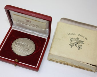 Authentic , the vatican museums ,sterling silver art medal , year 1993 , box .