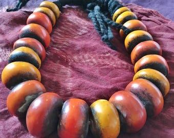 Bereberes Saffran Henna colores, perlas de imitación ámbar, collar Sahara marroquí con lana negra de la resina
