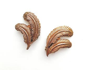 Vintage Goldtone Feather Earrings / 70s Retro Clip On Earrings / Bohemian Feather Earrings