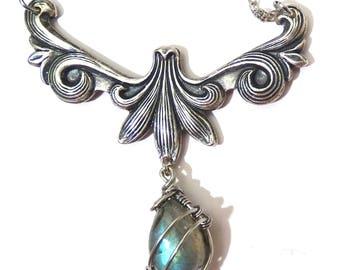 Collier Labradorite bleu/vert Arabesque FeuillesFil de cuivre couleur argent Wire Wrapped Wrapping Art Nouveau Féérique Elfique Victorian