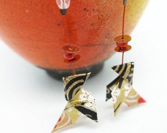 """Boucles d'oreilles origami cocotte """"Rivière d'or"""", papier japonais rouge, noir et doré, origami earrings, japanese paper, bijou, oiseau"""