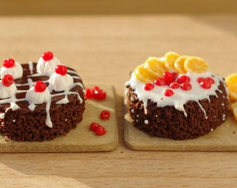 Miniature food. Miniature cake.  Food for the dollhouse. On a scale of 1/12 .