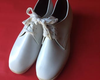 White Vintage Oxfords | 8.5/9 womens unisex lace up tie shoes preppy kitsch hipster new wave VEGAN vinyl rounded zapatos flats