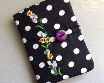 "Carry(wear) cards(maps) ""Tébo"" black polka dots and flowers."