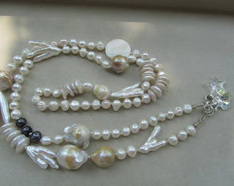 Lunga Collana di perle bianche e nere  - Long Necklace made of white and black pearls