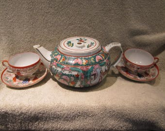 Japanese Vtg Y T Porcelain Geisha Tetpot 2 cups and Saucers Hand Painted Details   red  Markings