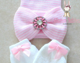 Ballerina pink  infant newborn baby hat. white newborn mittens. pink bows. Baby girl big bow beanie. Newborn gift set.