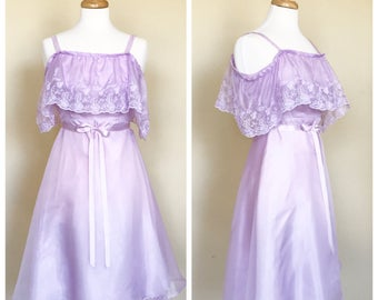 1970s Lavendar vintage sweetheart dress. Chiffon overlay and embroidered bust detail. Fits a women's US size Small 4/6.