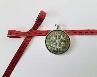 Wrap Scrap Jewelry - Pendant - Kokadi  - Christmas - Wrap Scrap - Green and White - Snowflake - Christmas Jewelry - Holiday Jewelry - Winter