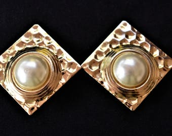 """Vintage 80s Chunky Faux Pearl Clip On Statement Earrings Geometric Gold Tone Hammered Metal Boho Mod Retro Costume Jewelry 1.5"""""""