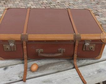 Valise en cuir / carton.  Nice suitcase. Vintage luggage. France