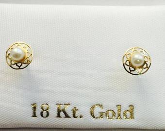 Pendientes o aretes oro 18k Perla Natural 2 Mm con 5mm bisel figura para bebe / 18k gold Stud Earrings 2mm Natural Perl in 5mm in bisel baby
