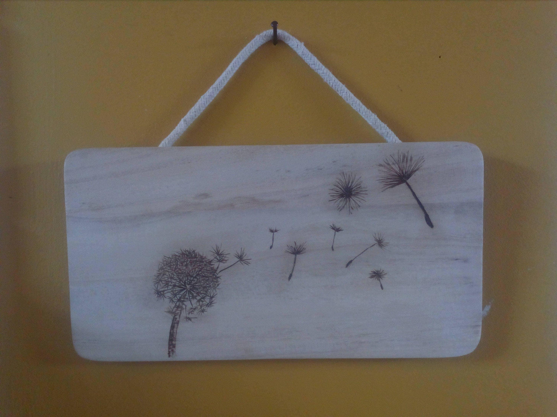 Brandmalerei auf einer Tafel mit Dandalion Pluisbol Holz
