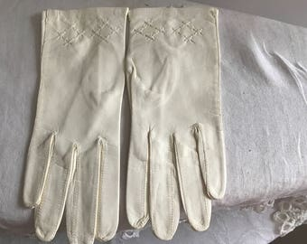 Vintage Creamy White Leather Gloves Soft White Wrist Length Gloves Pattern Detail Short Gloves Old Gently Used Gloves Gift For Her Wedding