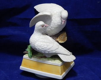 """Vintage Music Box with Ceramic White Doves  - Made In Japan  by Maruho - Plays """"Love Story"""""""