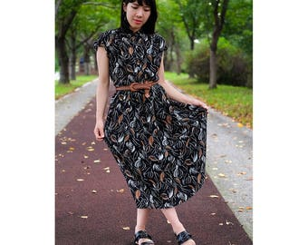 Autumnal black dress with leaf patterns  / Japanese vintage / One piece / Botanical patterns / Banded collar / Short sleeves / Size S