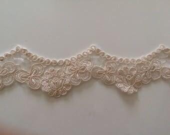 Maximum width 4 cm flesh color guipure lace