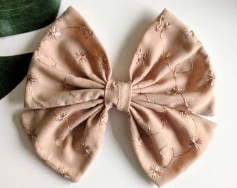 boucle pour bébé // boucle pour fillette // boucle fleuri avec centre en satin // bandeau avec bouucle // élastique // clip //