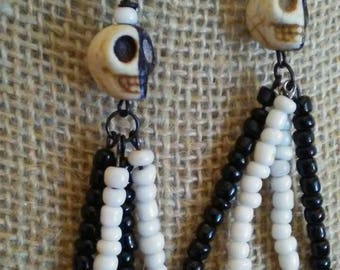 Skull earrings beaded earrings black and white earrings two tine earrings Dia de los muertos jewelry gothic earrings halloween jewelry