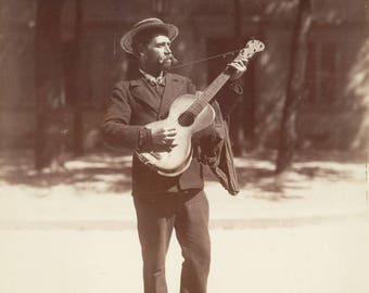 Beautiful photo of Eugène player guitar Atget.