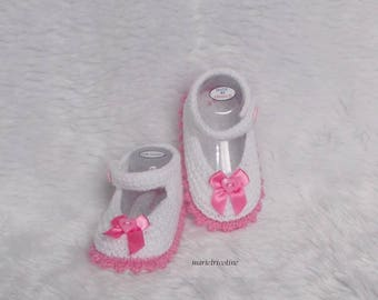 hand knitted wool baby shoes 0/3 months Baby Pink White hydrangea marietricotine