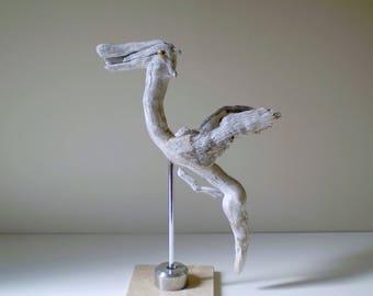 Animal en bois flotté sculpté, présenté sur un socle en marbre - Création unique