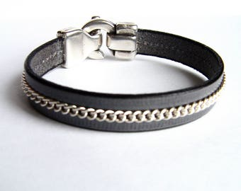 Centered grey leather and chain bracelet