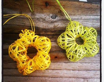 set of 2 yellow raffia flowers / green 45mm